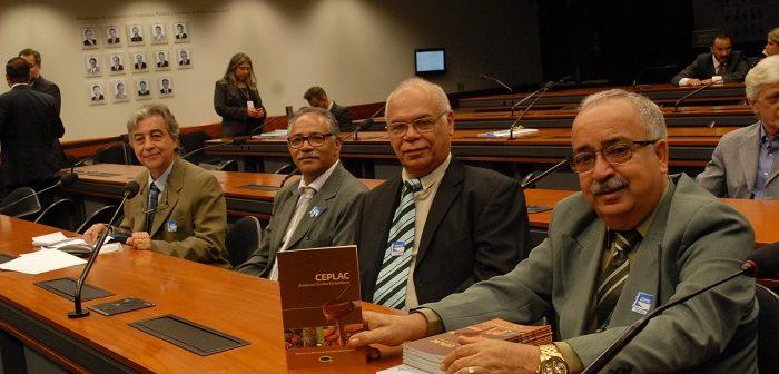 Servidores e representantes da Comissão de Revitalização da Ceplac