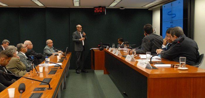 O relator da Comissão de Revitalização da CEPLAC José Bezerra da Rocha, apresentando a proposta de modernização da Instituição